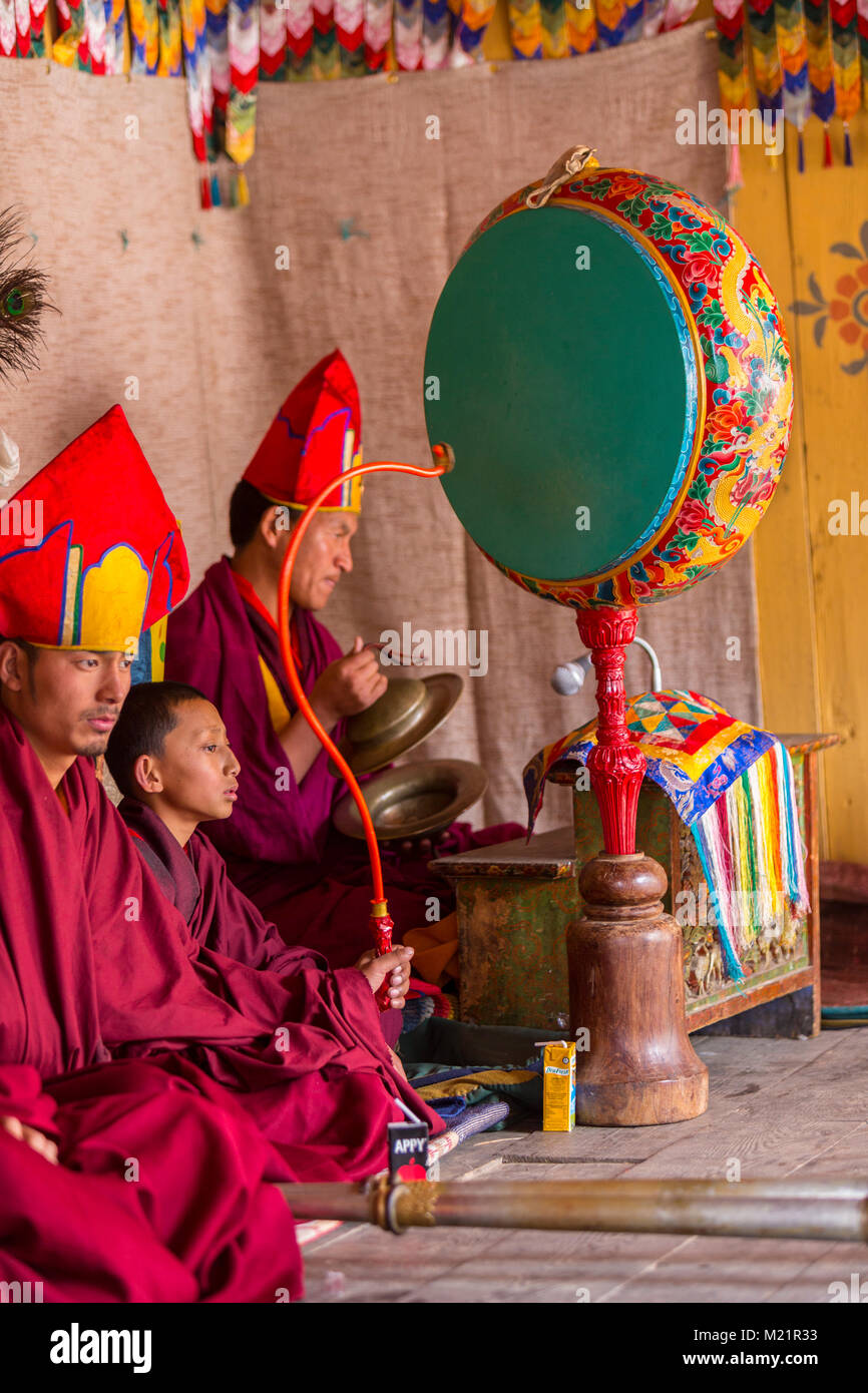Prakhar Lhakhang, Bumthang, Bhutan.  Bhuddist Monks Playing Cymbals and Drum at a Religious Festival. - Stock Image