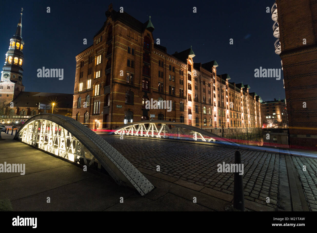 Die Hafencity von Hamburg während der blauen Stunde. - Stock Image