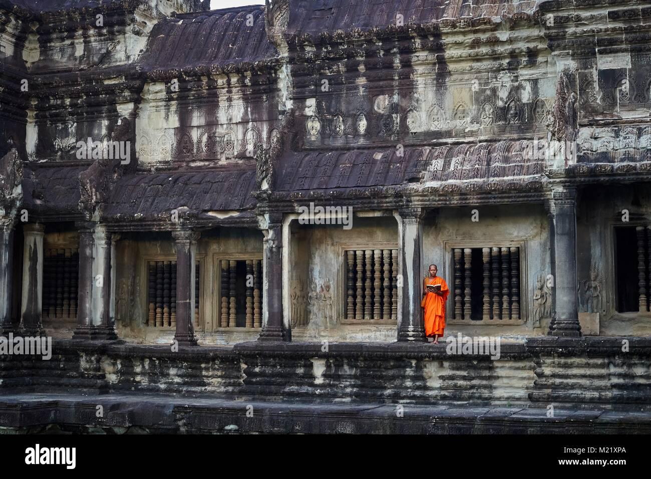 Monk looking at Angkor Wat, Angkor, Cambodia - Stock Image