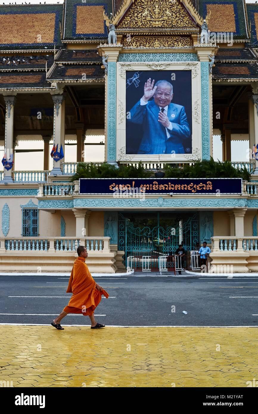Monk walkink in front of Royal Palace, Phnom Penh, Cambodia - Stock Image