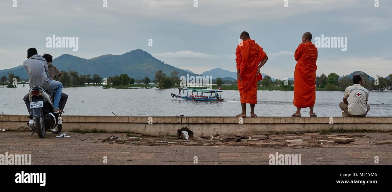 Cambodian monk looking at the lake Tonlé Sap, Kompong Chhnang, Cambodia - Stock Image