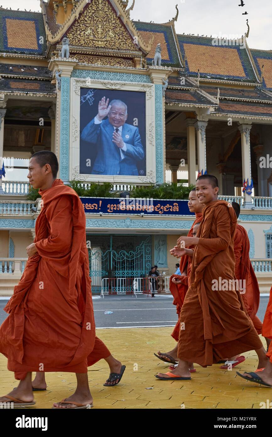 Monks walkink in front of Royal Palace, Phnom Penh, Cambodia - Stock Image