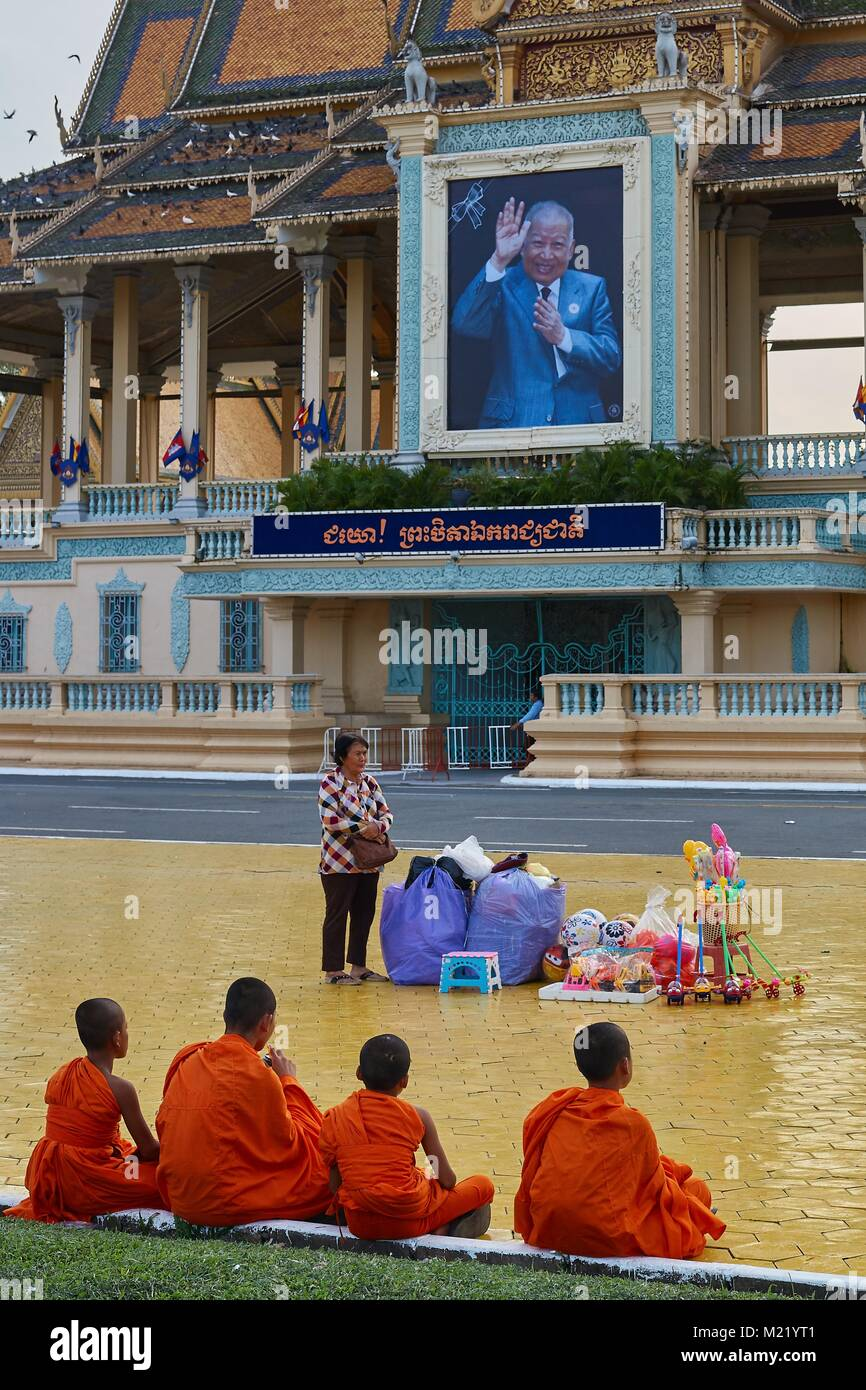 Little monks looking at  Royal Palace, Phnom Penh, Cambodia - Stock Image