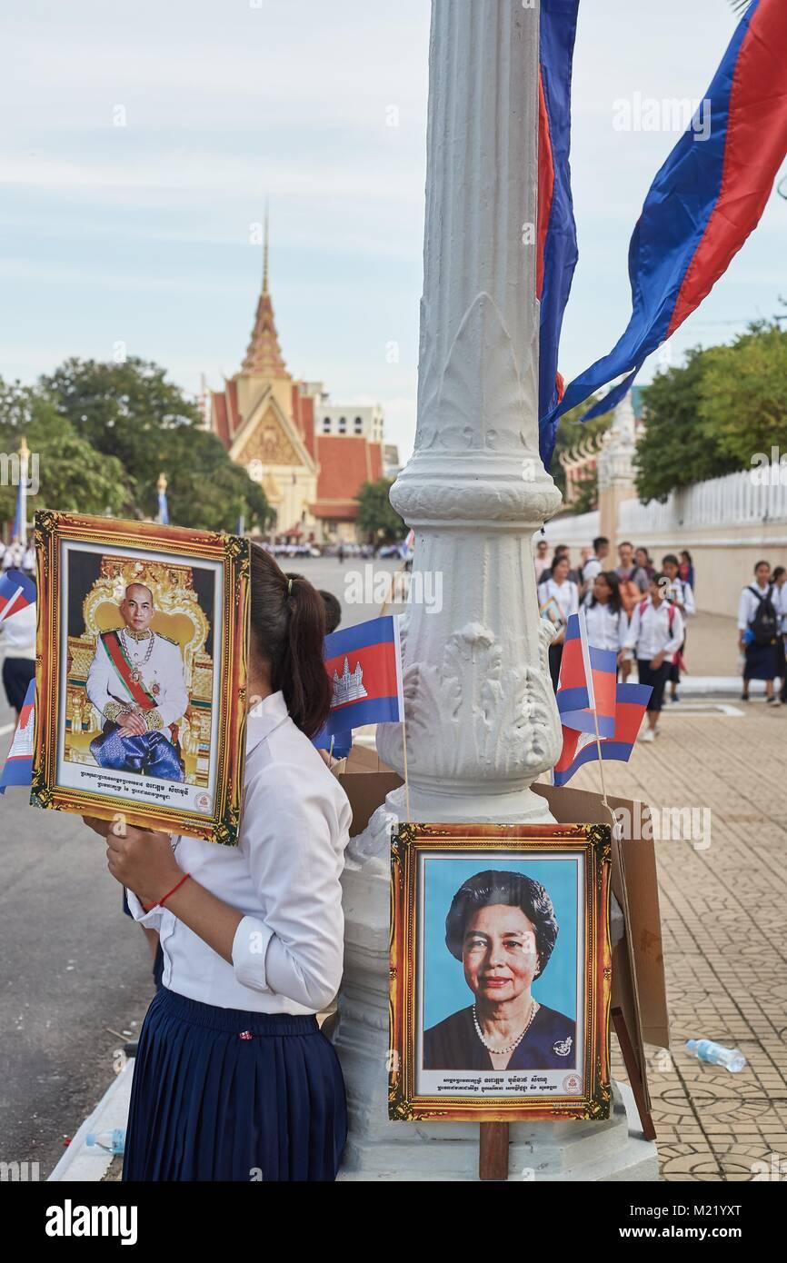 Schoolchildren cheering for Cambodian King, Royal Palace, Phnom Penh, Cambodia - Stock Image