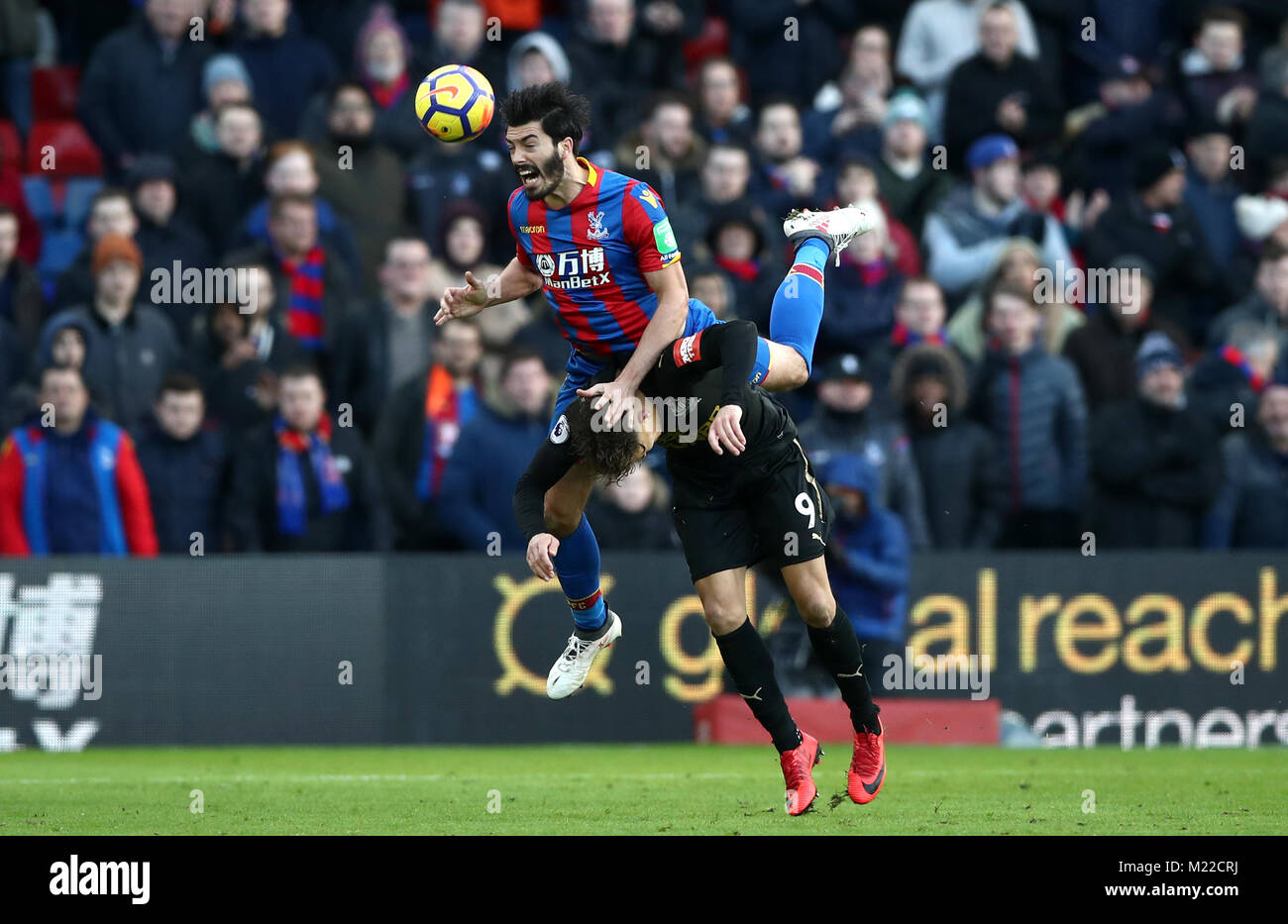 Crystal Palace's James Tomkins and Newcastle United's Dwight Gayle (right) battle for the ball during the - Stock Image