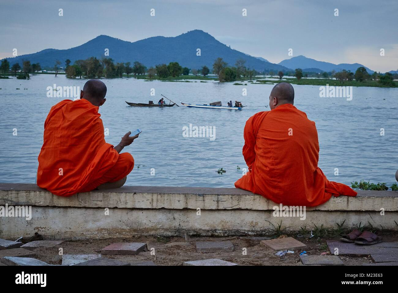 Cambodian monk looking at the lake Tonlé Sap, Kompong Chhnang, Cambodia - Stock Image