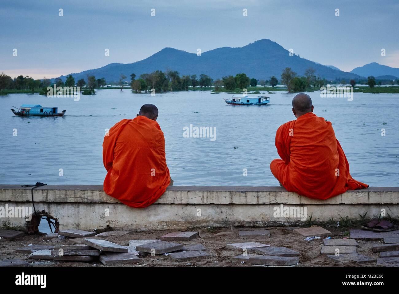Cambodian monk looking at the lake TonléSap, Kompong Chhnang, Cambodia - Stock Image
