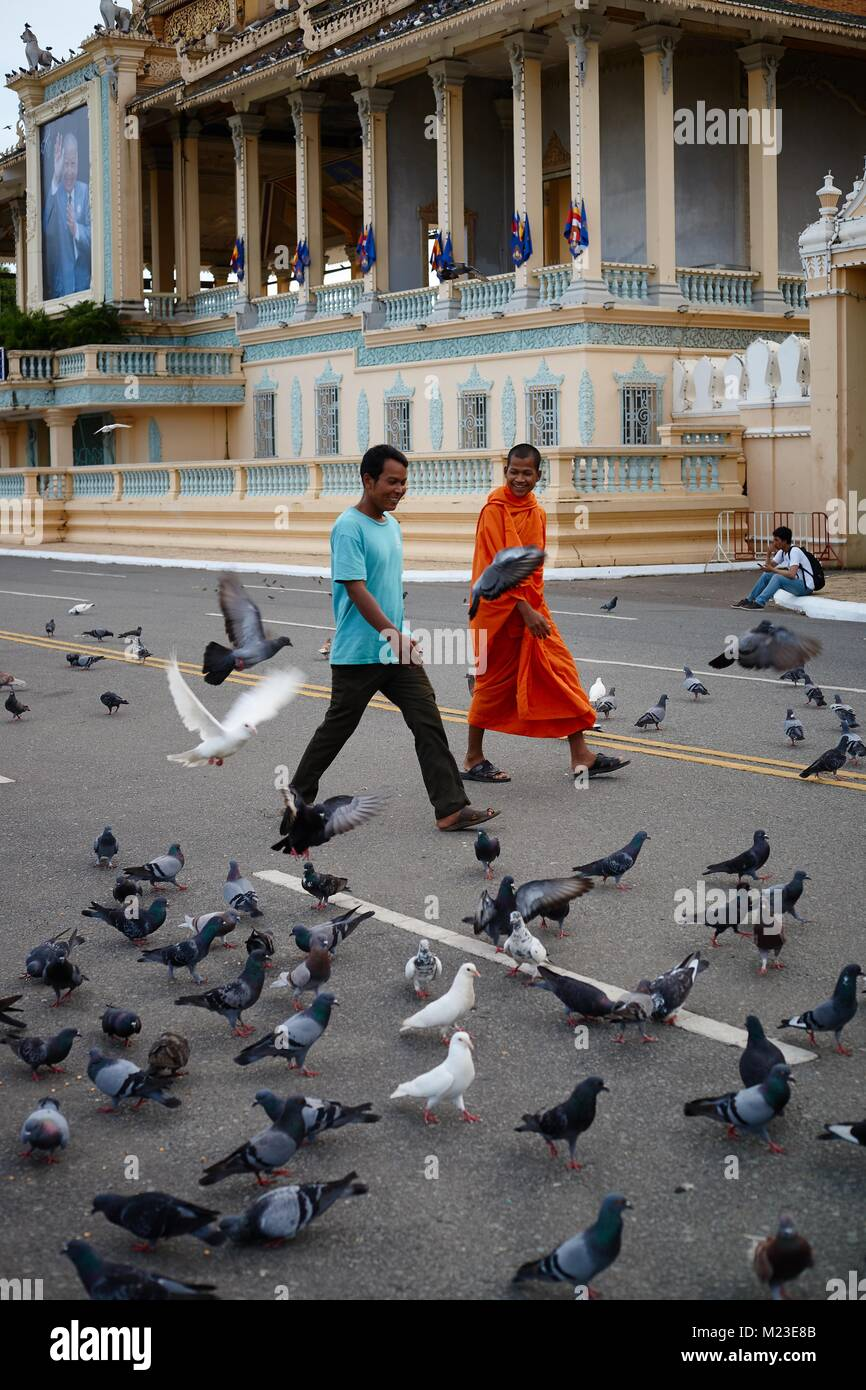 People walking in front of Royal Palace, Phnom Penh, Cambodia - Stock Image