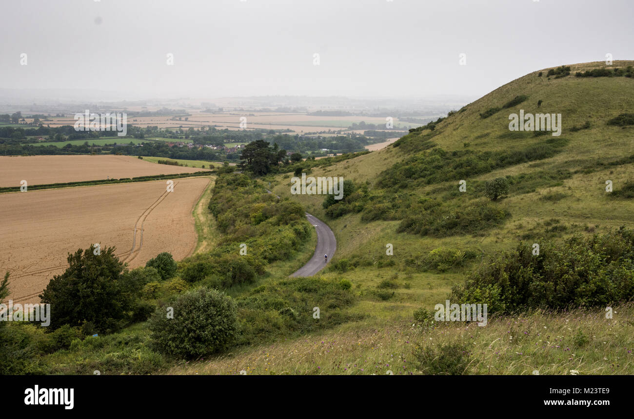 A rainstorm passes through the Aylesbury Vale in Buckinghamshire, behind Ivinghoe Beacon Hill on the scarp of the - Stock Image