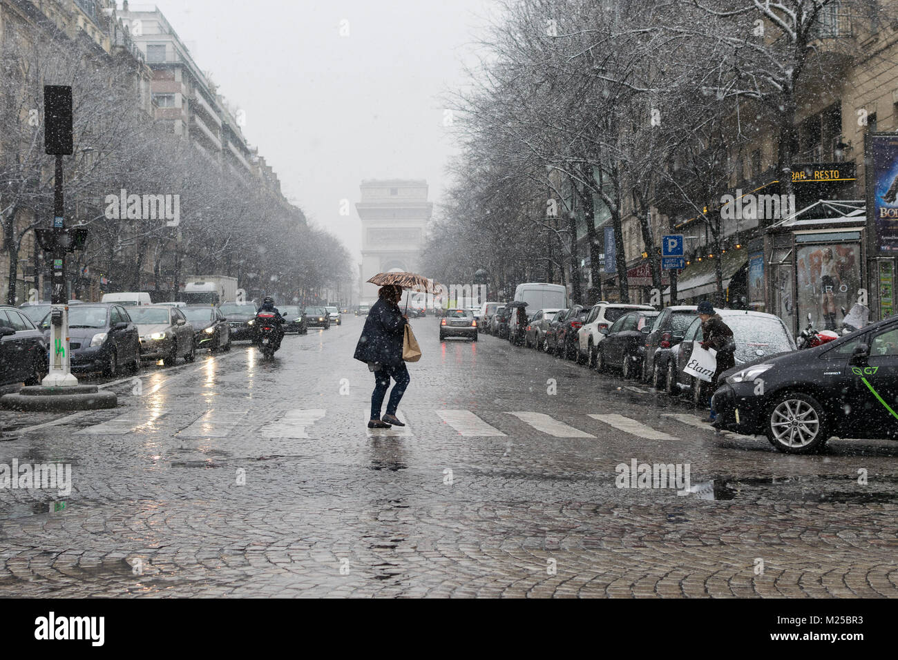 Paris France - 5th February 2018 : Snow is falling heavily in central Paris 5th February, 2018 Credit: RichFearon/Alamy - Stock Image