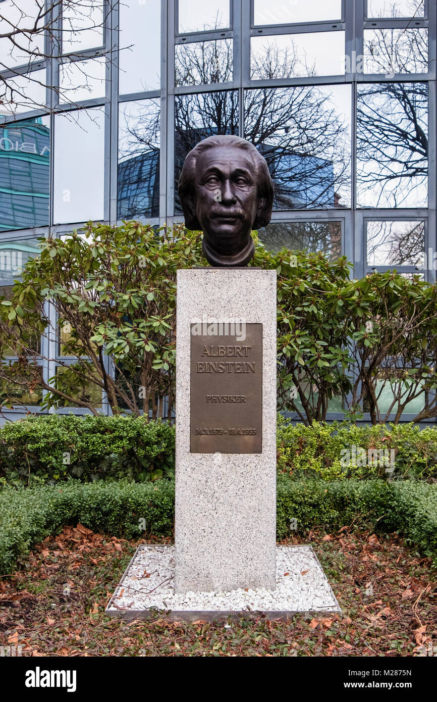Berlin,Mitte,Moabit.Bronze bust of Physicist Albert Einstein on Street of Remembrance next to River Spree. The Strasse - Stock Image