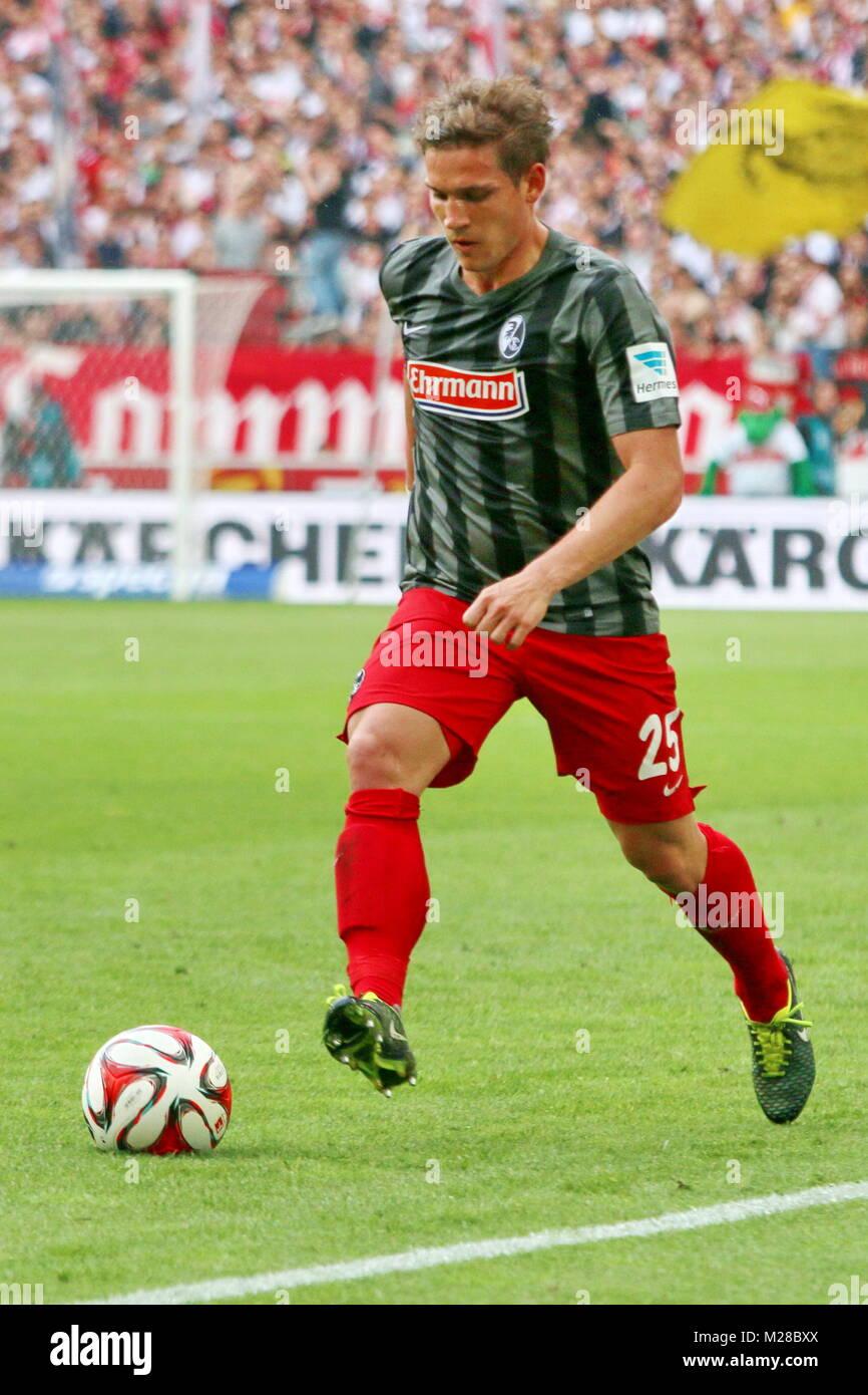 Oliver Sorg (Freiburg) am Ball - Fußball-Bundesliga 14/15: 30. Spieltag, SC Freiburg vs VfB Stuttgart - Stock Image