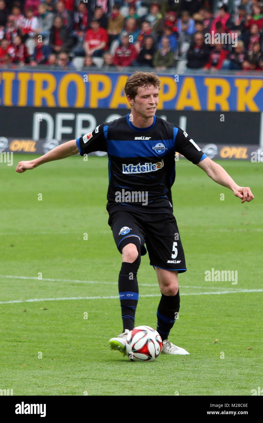Patrick Ziegler (Paderborn) am Ball - Fußball-Bundesliga 14/15: 31. Spieltag, SC Freiburg vs SC Paderborn - Stock Image