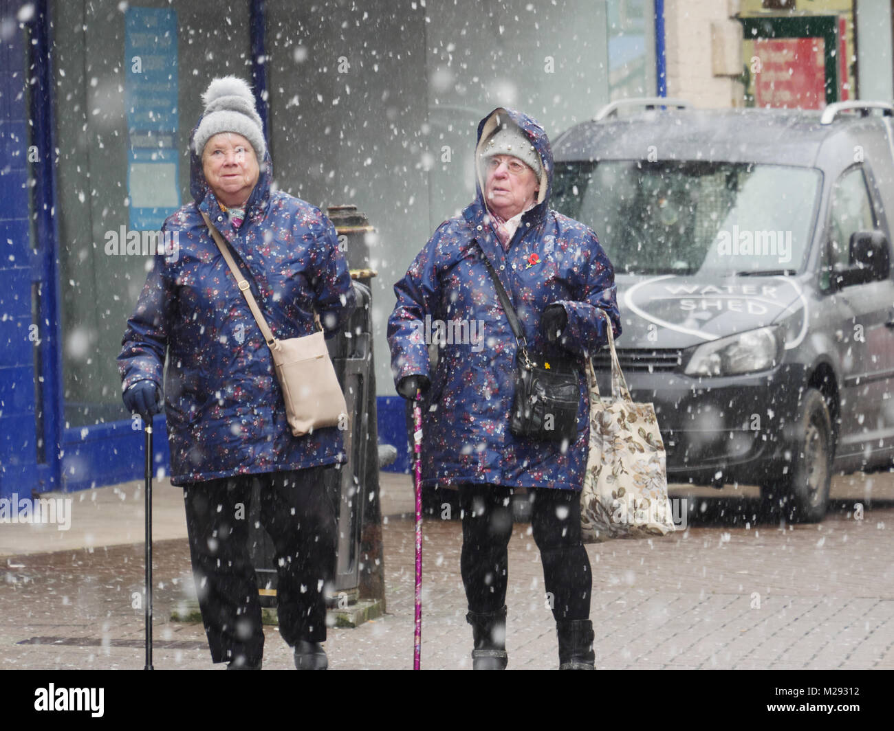 Newquay, Cornwall, UK. 6th February, 2018. Unusually heavy snow falls on the north coast od Cornwall. In the town - Stock Image