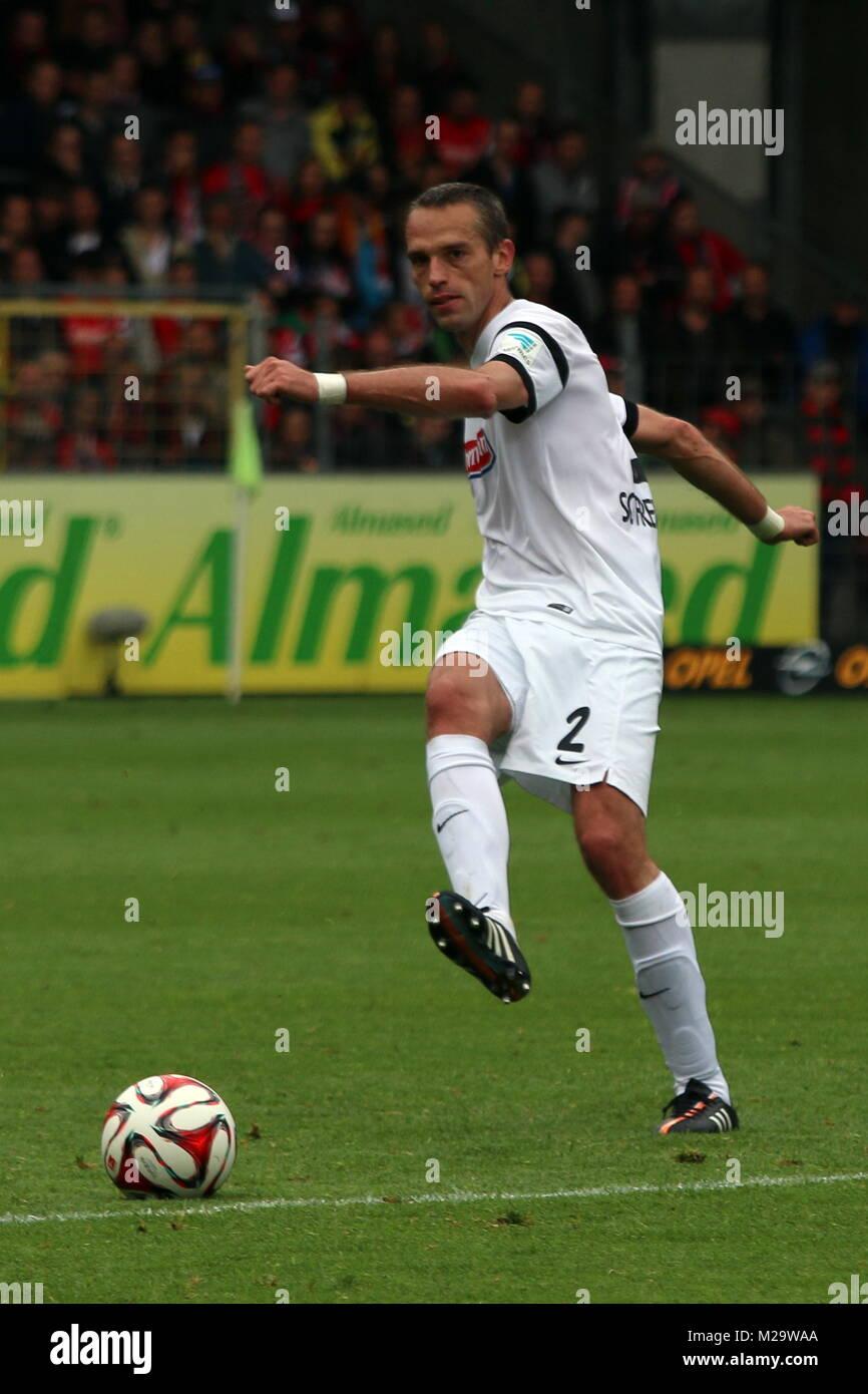 Pavel Krmas (Freiburg) am Ball - Fußball-Bundesliga 14/15: 31. Spieltag, SC Freiburg vs SC Paderborn - Stock Image