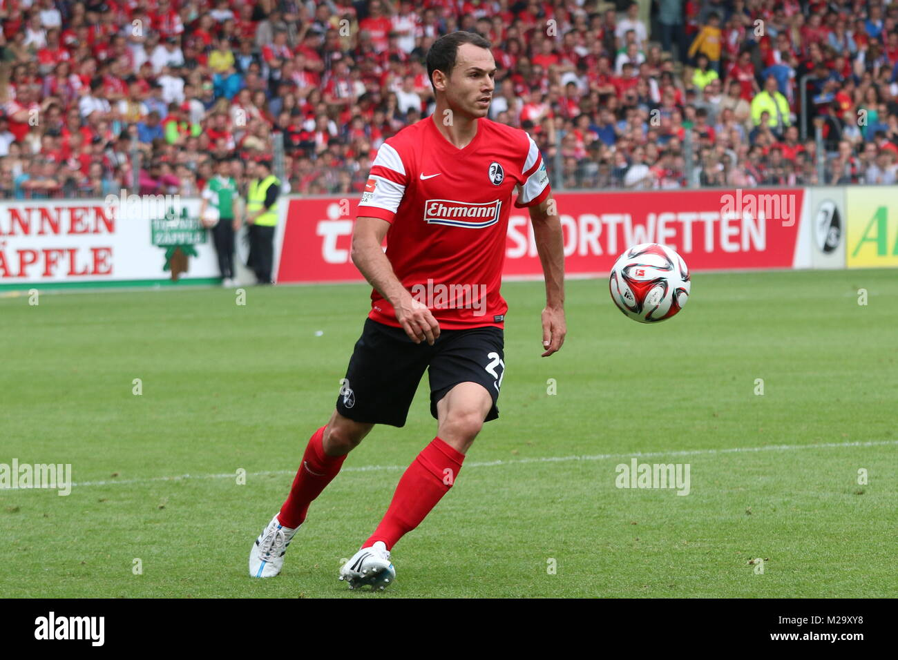 Nicolas Höfler (Freiburg) am Ball - Fußball-Bundesliga 14/15: 33. Spieltag, SC Freiburg vs FC Bayern München - Stock Image