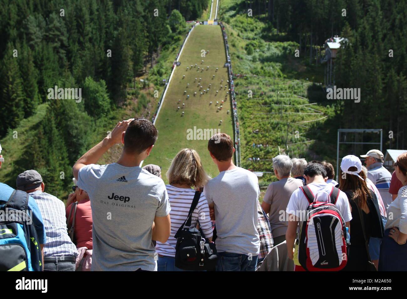 Zahlreiche Zuschauer verfolgen die Deutschland-Premiere des Schanzensprint an der großen Hochfirschanze in - Stock Image