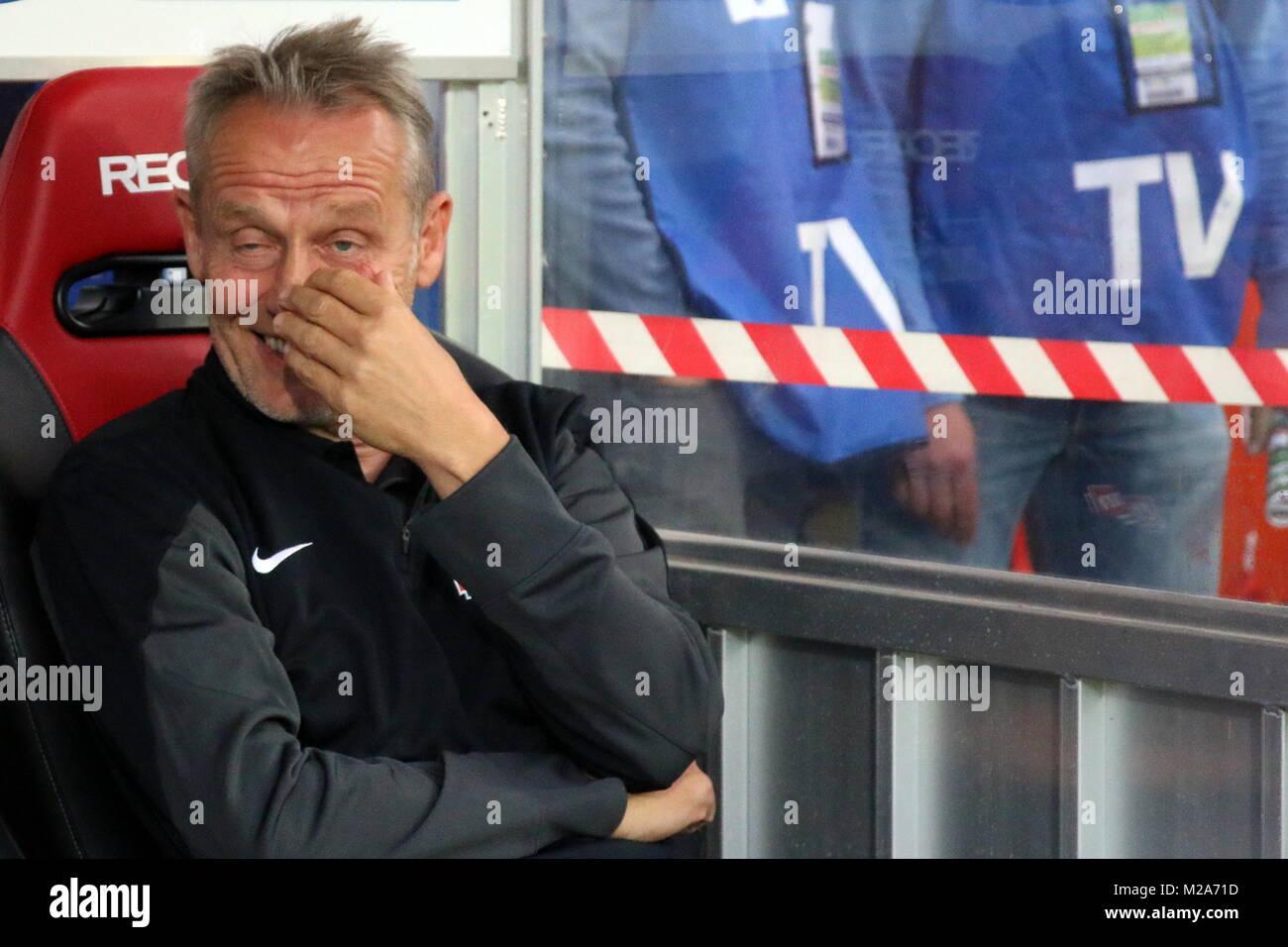 Ein Schelm ist, wer böses dabei denkt: Trainer Christian Streich (Freiburg), 2. Bundesliga: 1. Sptg.: SC Freiburg Stock Photo