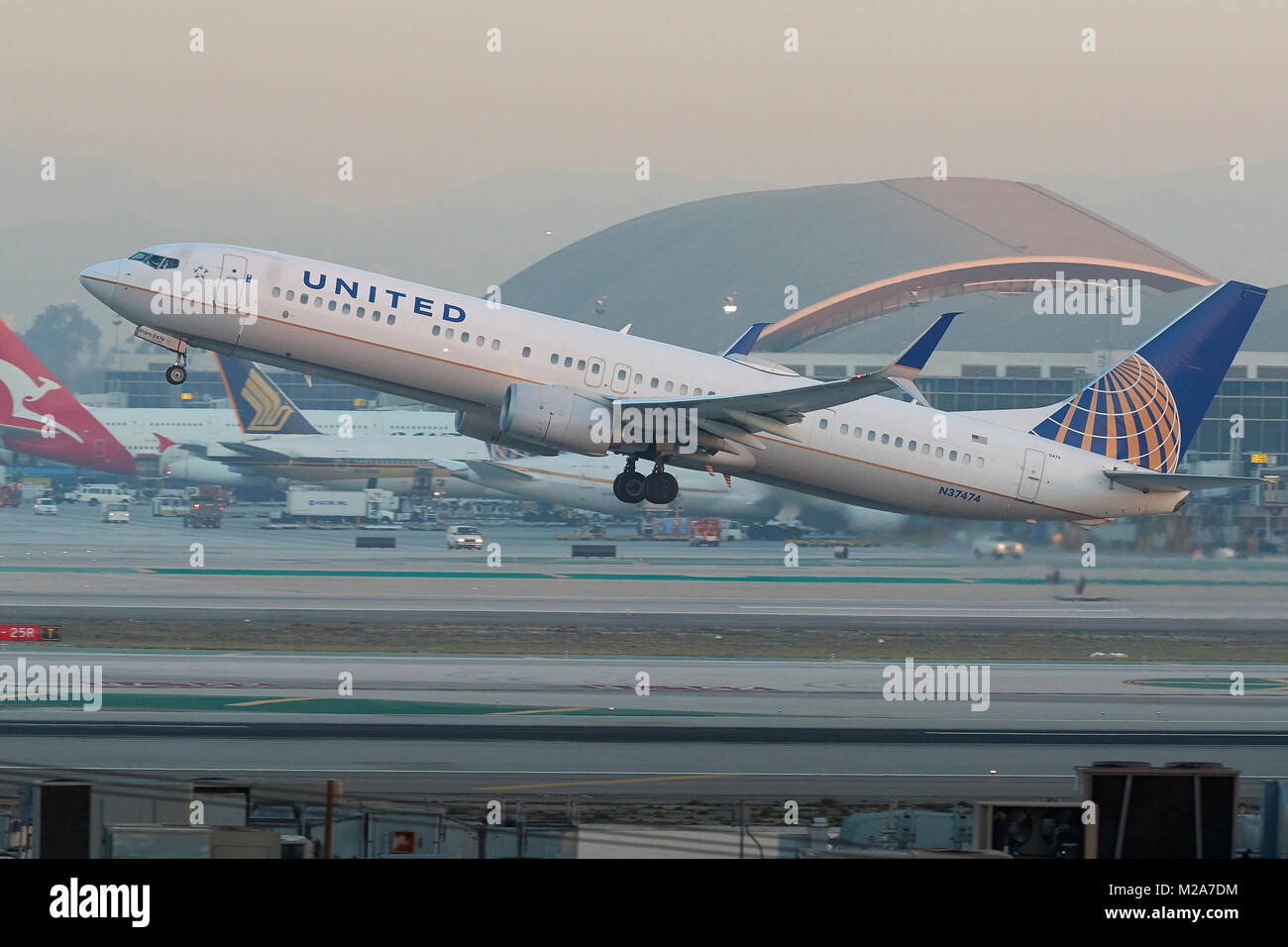 United Airlines Boeing 737 900 Taking Off From Runway 25 Left At Los Stock Photo Alamy