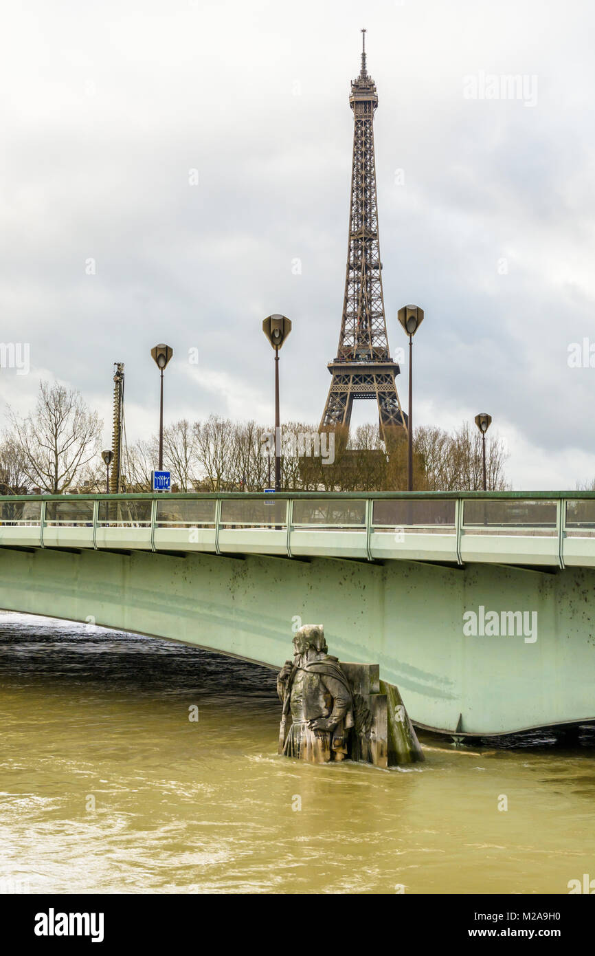 The Alma bridge and the half immersed statue 'Le Zouave' during a winter flood of the Seine with the Eiffel - Stock Image