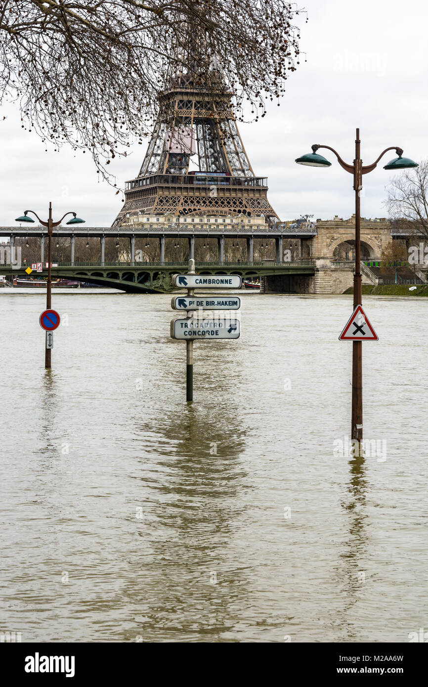 The swollen Seine during the winter flooding episode of January 2018, with half immersed road signs and street lights - Stock Image