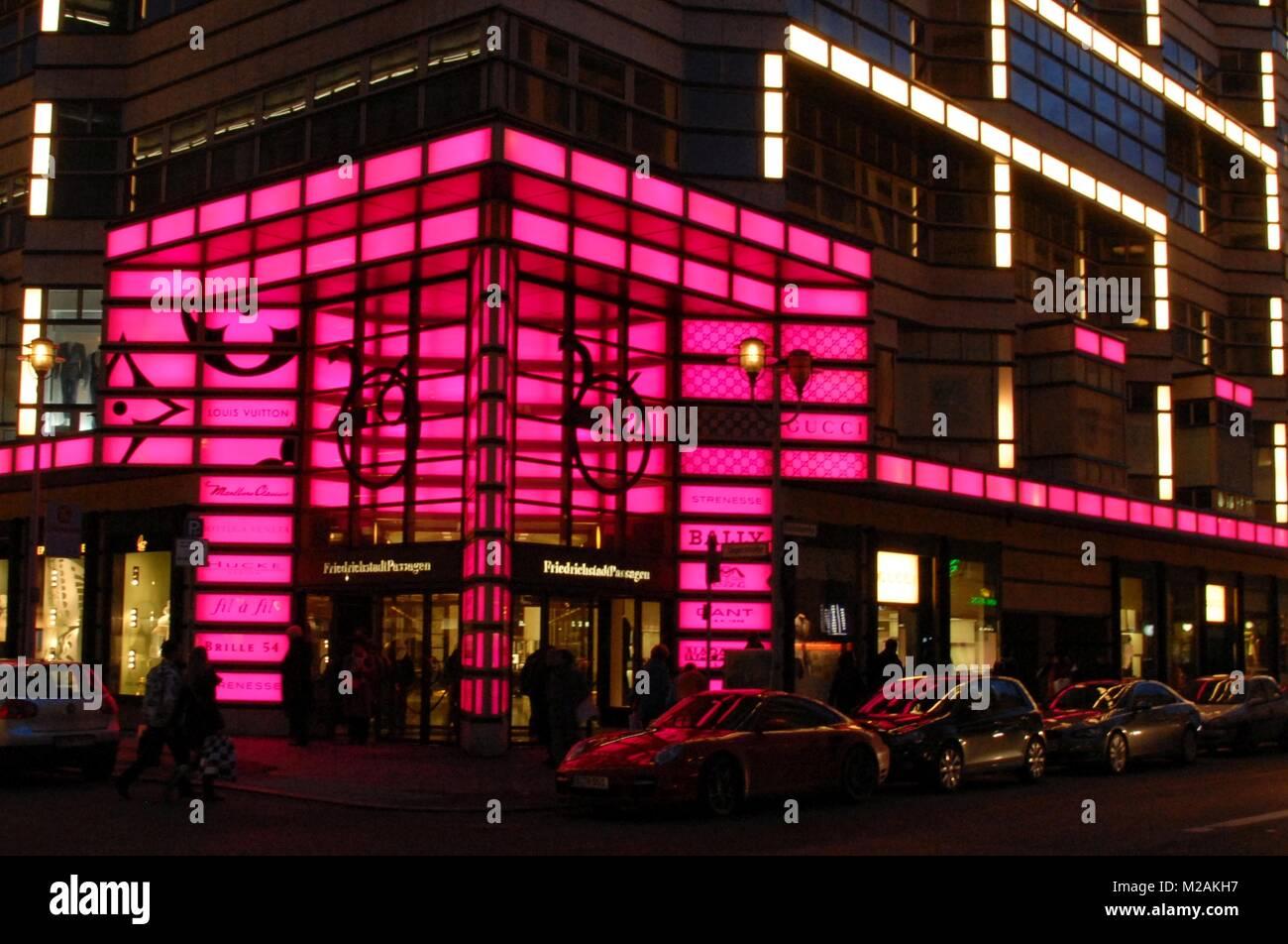 Blick auf den Eingang der Friedrichstadtpassagen und die bunte beleuchtete Fassade - Stock Image