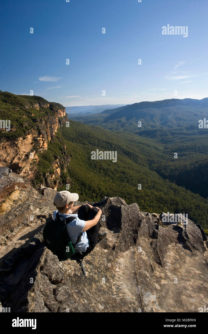Australia. Katoomba. Blue Mountains National Park. Near Wentworth Falls. Hiker, woman with backpack resting. UNESCO - Stock Image