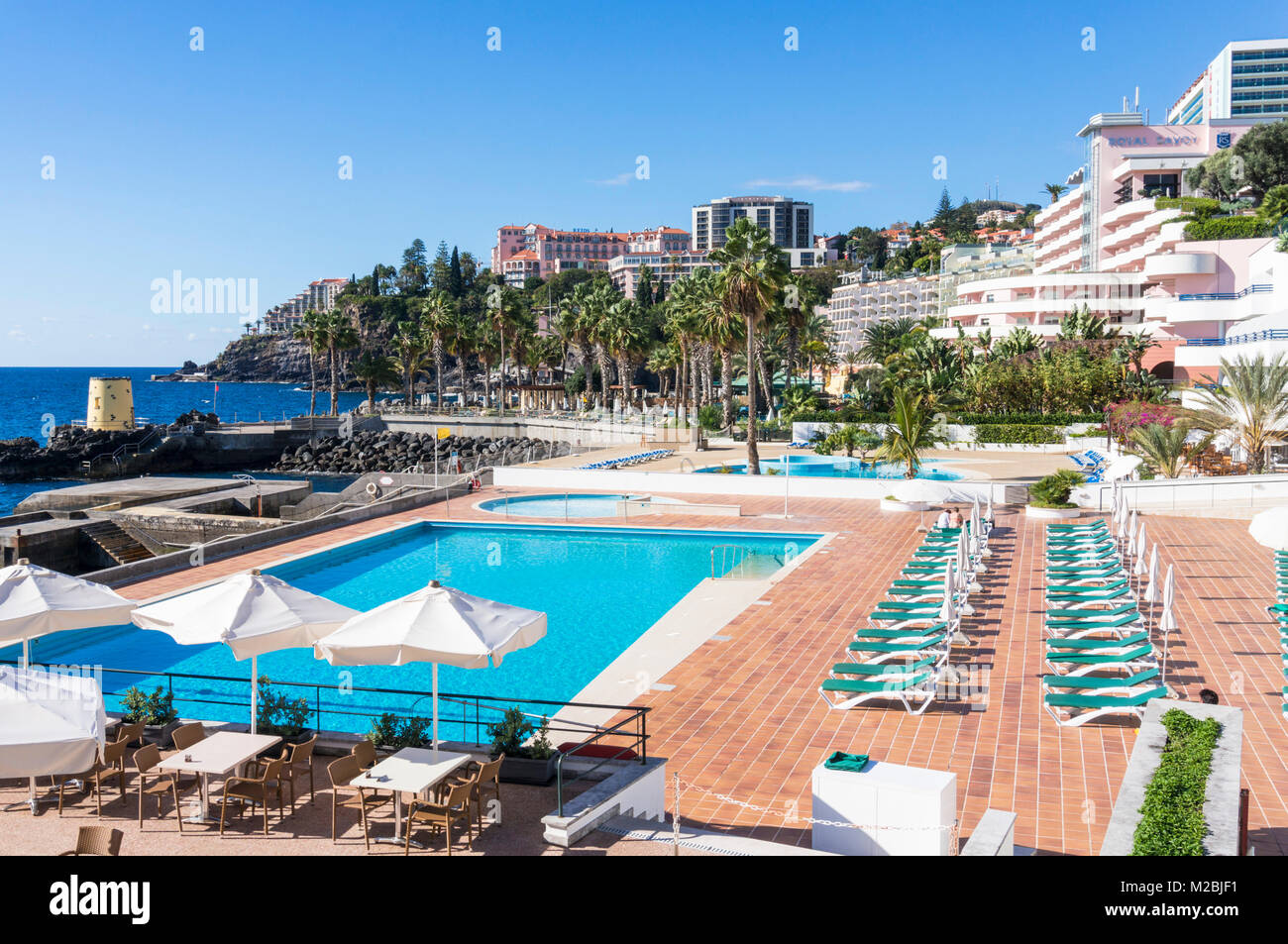MADEIRA PORTUGAL MADEIRA Hotel pool and sunbathing area of the Royal Savoy hotel Funchal Madeira Portugal eu europe - Stock Image