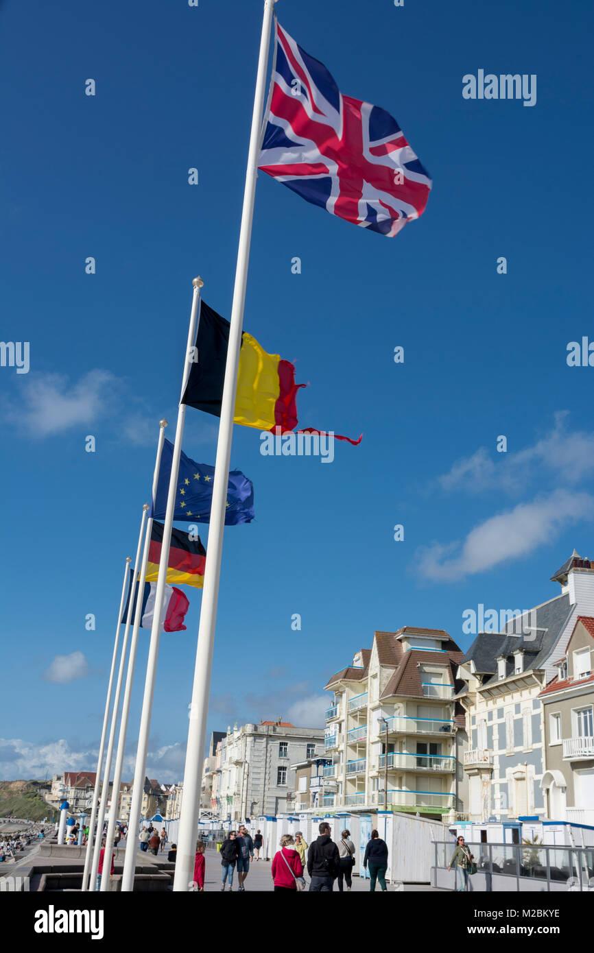 Flaggen an der Promenade von Wimereux in der Normandie, Frankreich, mit blauem Himmel dahinter Stock Photo