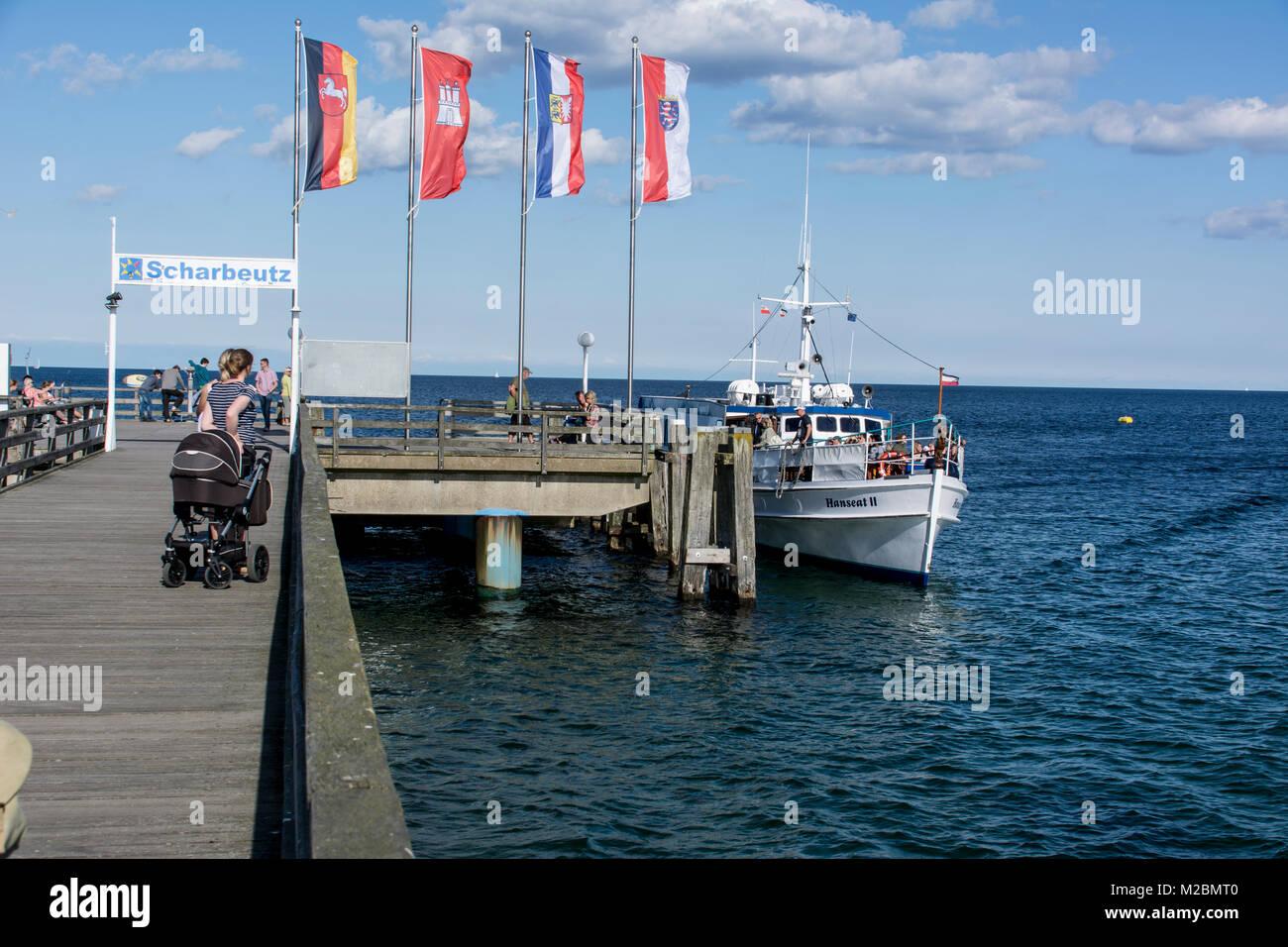 Scharbeutz an der deutschen Ostseeküste mit dem Anleger des Rundfahrtbootes - Stock Image
