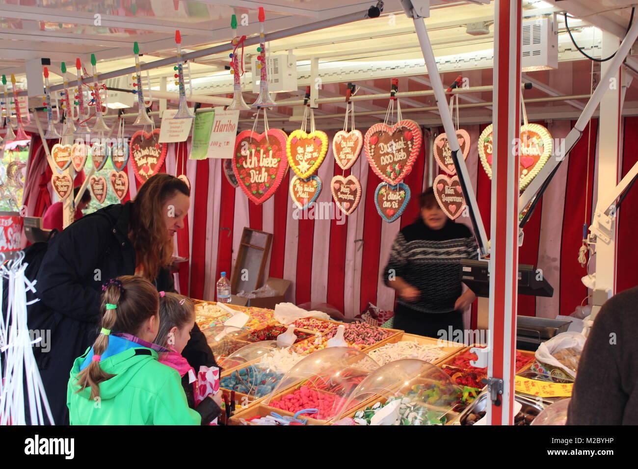 Am Süßigkeitenstand können sich die Kinder beim 723. Tengener Schätzele-Markt die Tüten - Stock Image