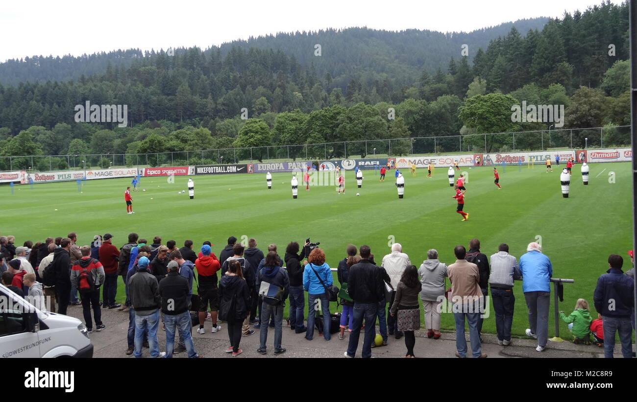 Zahlreiche Fans und TV-Teams verfolgten das Geschehen beim Trainingsauftakt des SC Freiburg. - Stock Image