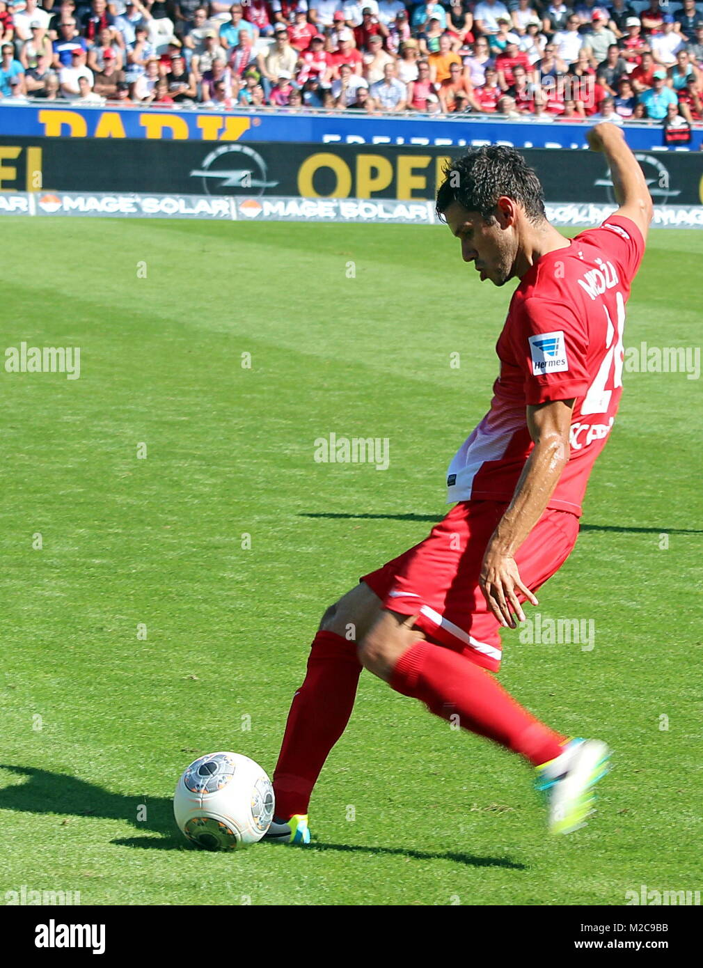 Mensur Mujdzza, SC Freiburg am Ball - Fußball-Bundesliga: 2. Spieltag, SC Freiburg vs FSV Mainz 05 Stock Photo