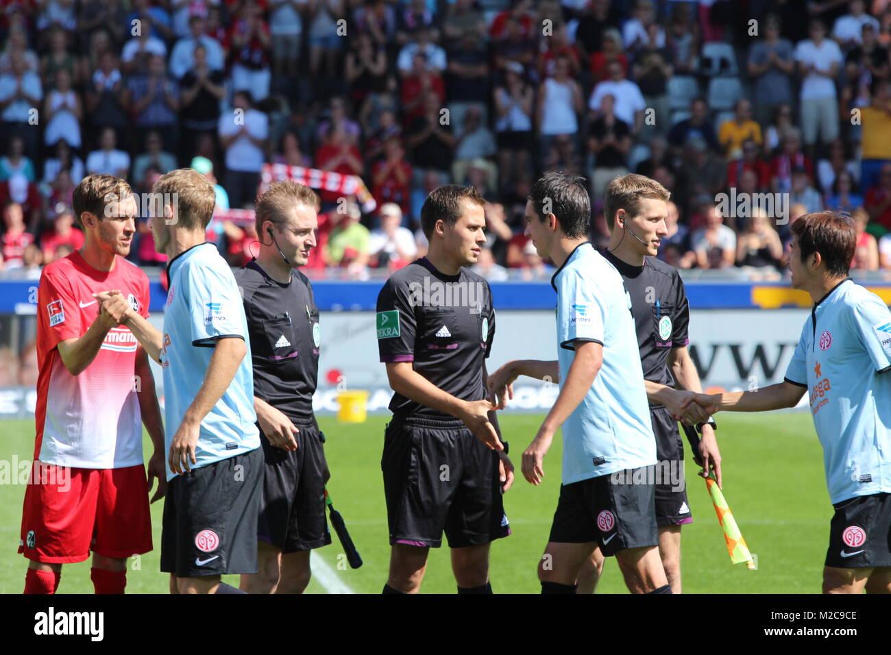 Neuerung im Deutschen Fußball: Per Handschlag begrüßen sich die Mannschaften und Schiedsrichter vor - Stock Image
