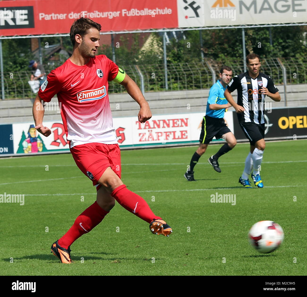 SC-Kaptiän Tim Albutat am Ball - Fußball-Regionalliga Südwest: SC Freiburg II - KSV Baunatal Stock Photo