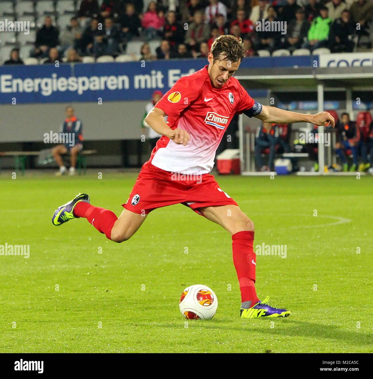Julian Schuster, Kapitän des SC Freiburg am Ball - Fussball-Europa-League: 3. Spieltag, SC Freiburg vs. Estoril - Stock Image