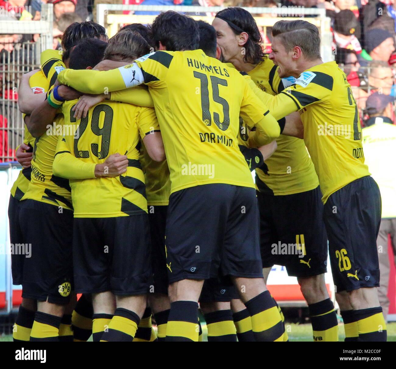 Friede, Freude, Eierkuchen - die Dortmunder Spieler um Kapitän Mats Hummels feiern den wichtigen Führungstreffer Stock Photo