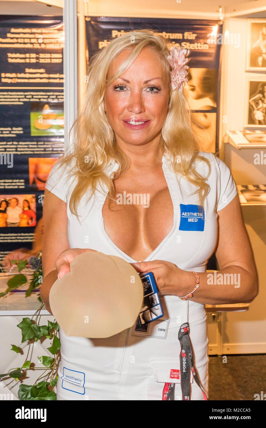 """Eine Messehostess zeigt ein  Brustimplantat bei der internationalen Erotikmesse VENUS,  mittlerweile findet die 19.Venus """" Erotik-Welten für Frauen und Paare"""" unterm Berliner Funkturm statt. Stock Photo"""