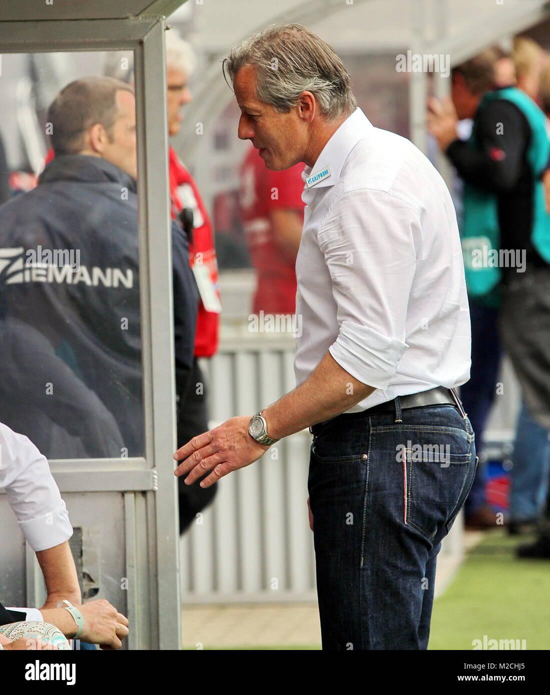 Fußball-Bundesliga: 34. Spieltag, SC Freiburg vs FC Schalke 04 - Jens Keller, Chef-Coach der Knappen, schaffte - Stock Image