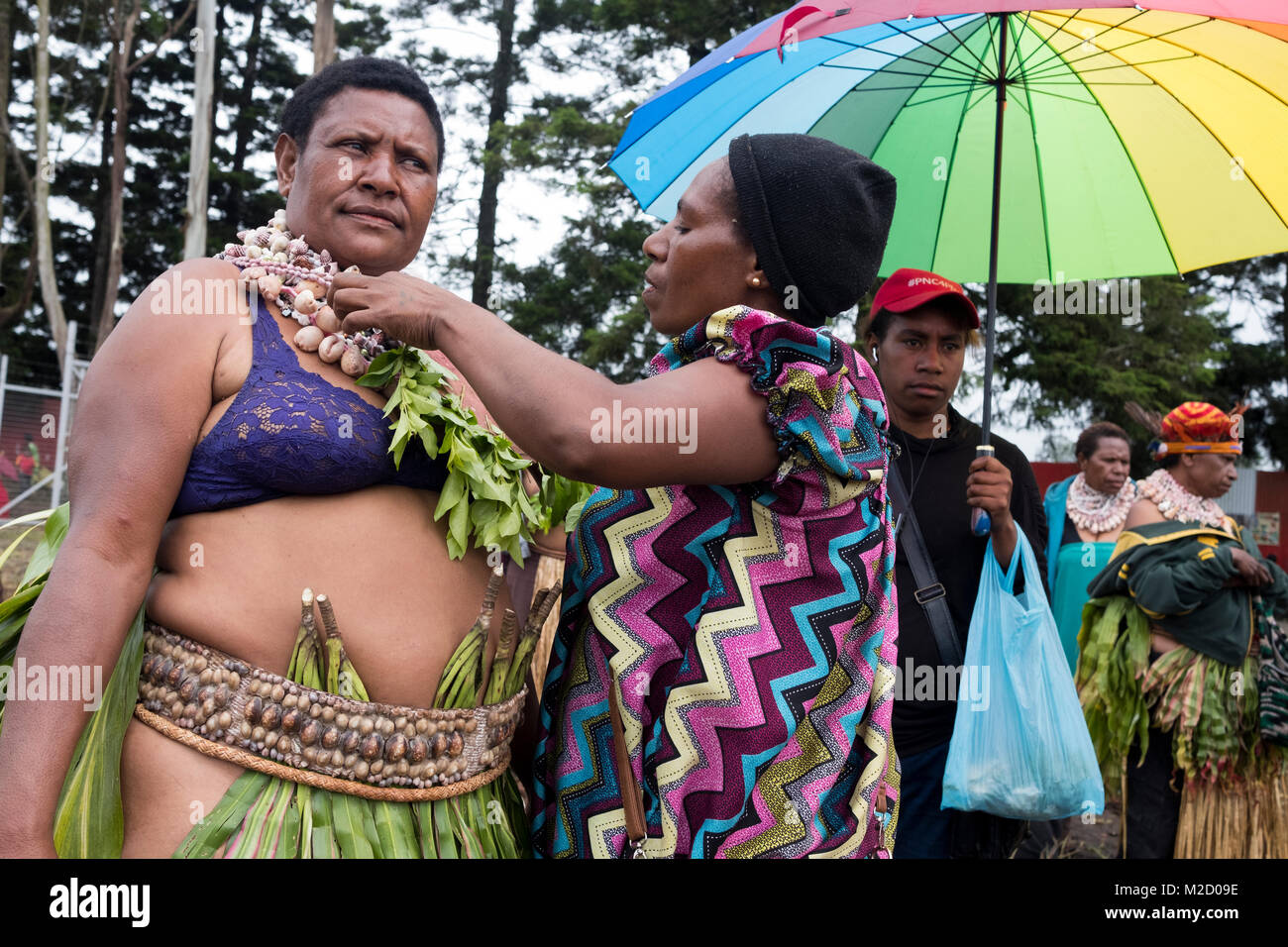 Tribal women dress and prepare for the Mount Hagen Cultural Show in Papua New Guinea - Stock Image
