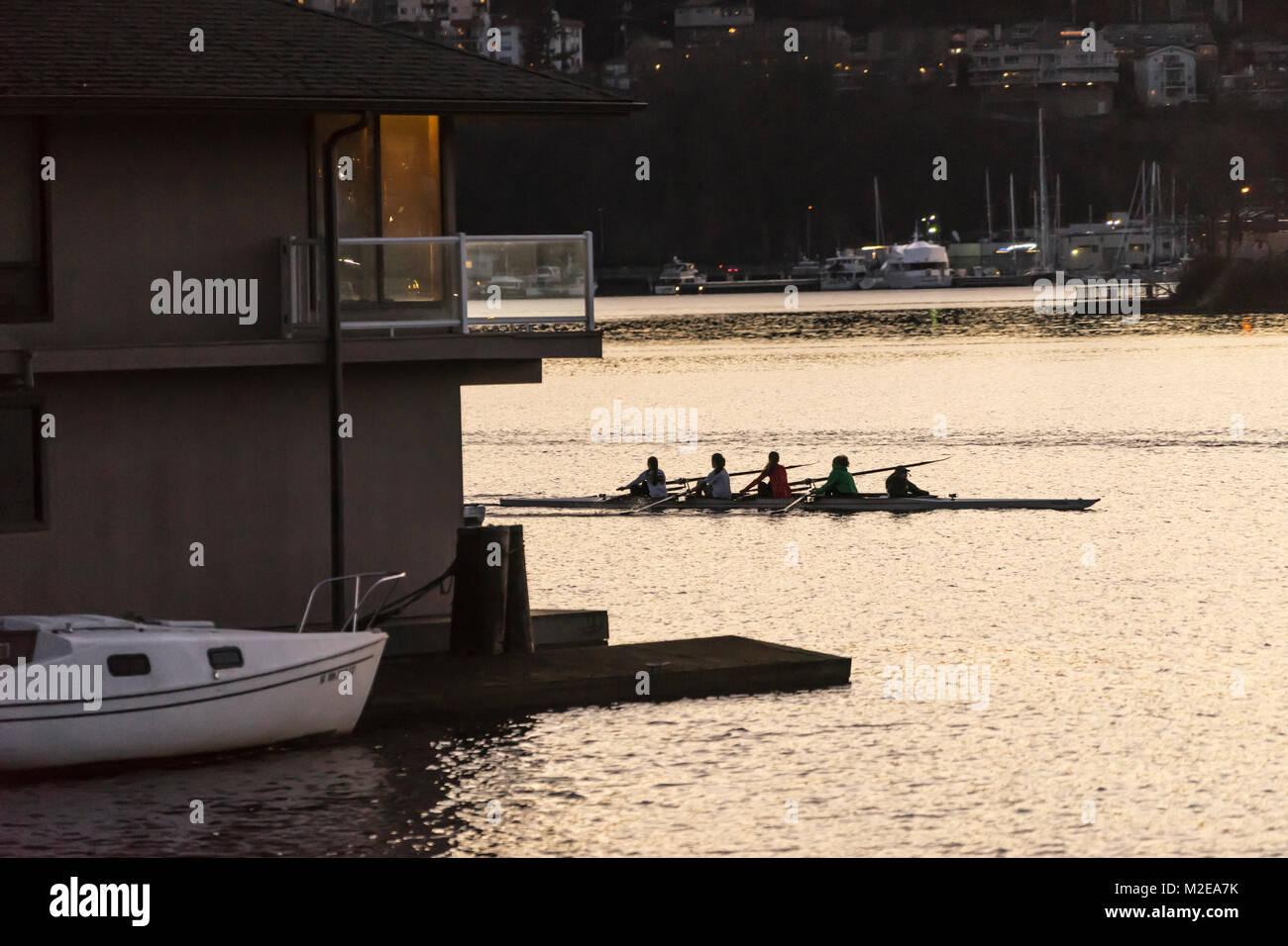 United States, Washington, Seattle, Women rowing on Lake Uniion at dusk - Stock Image