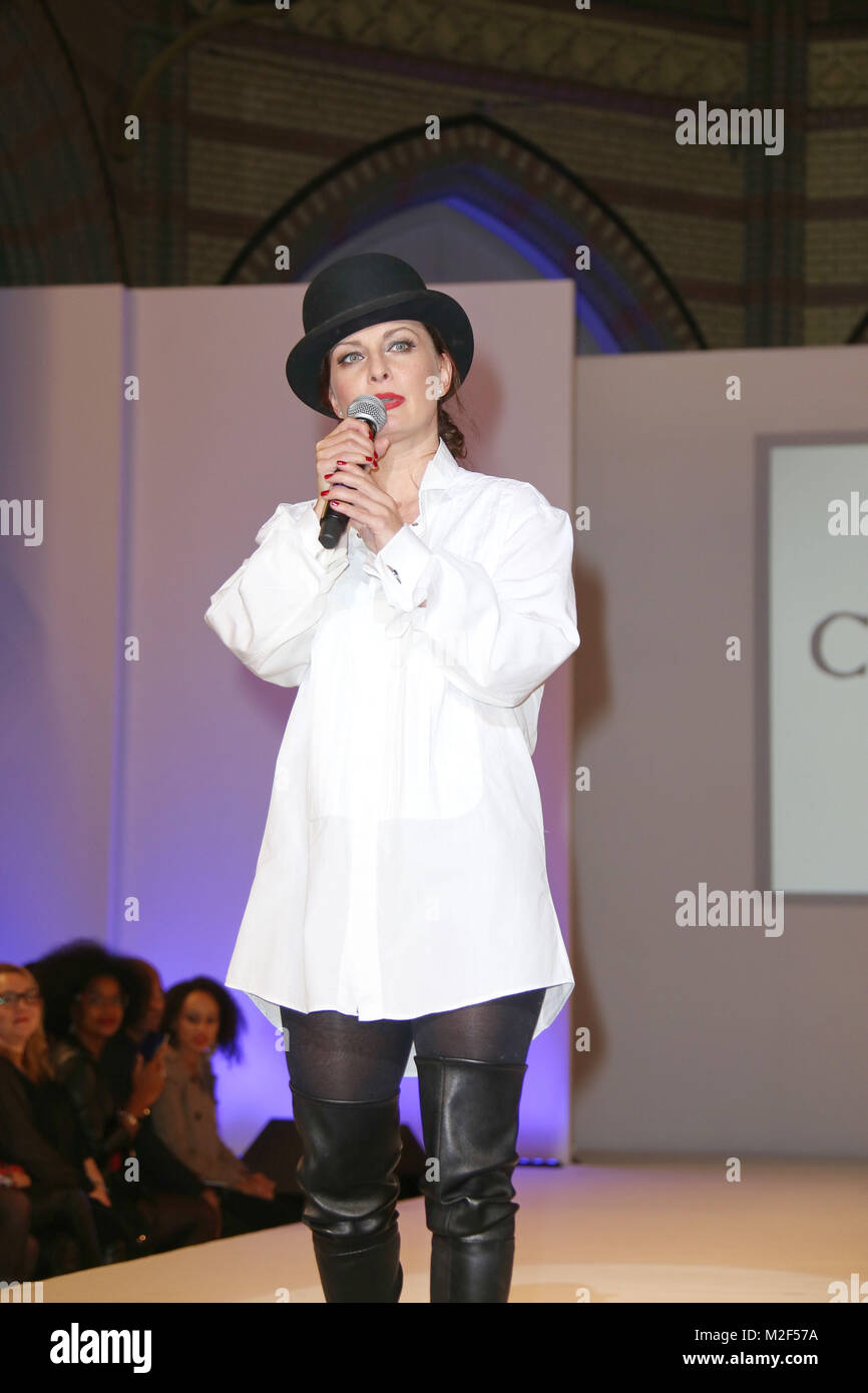 SANDRA CAZZATO (Saengerin), Plus Size Fashion Show in der Kulturkirche Altona, Hamburg, 17.10.2015 - Stock Image