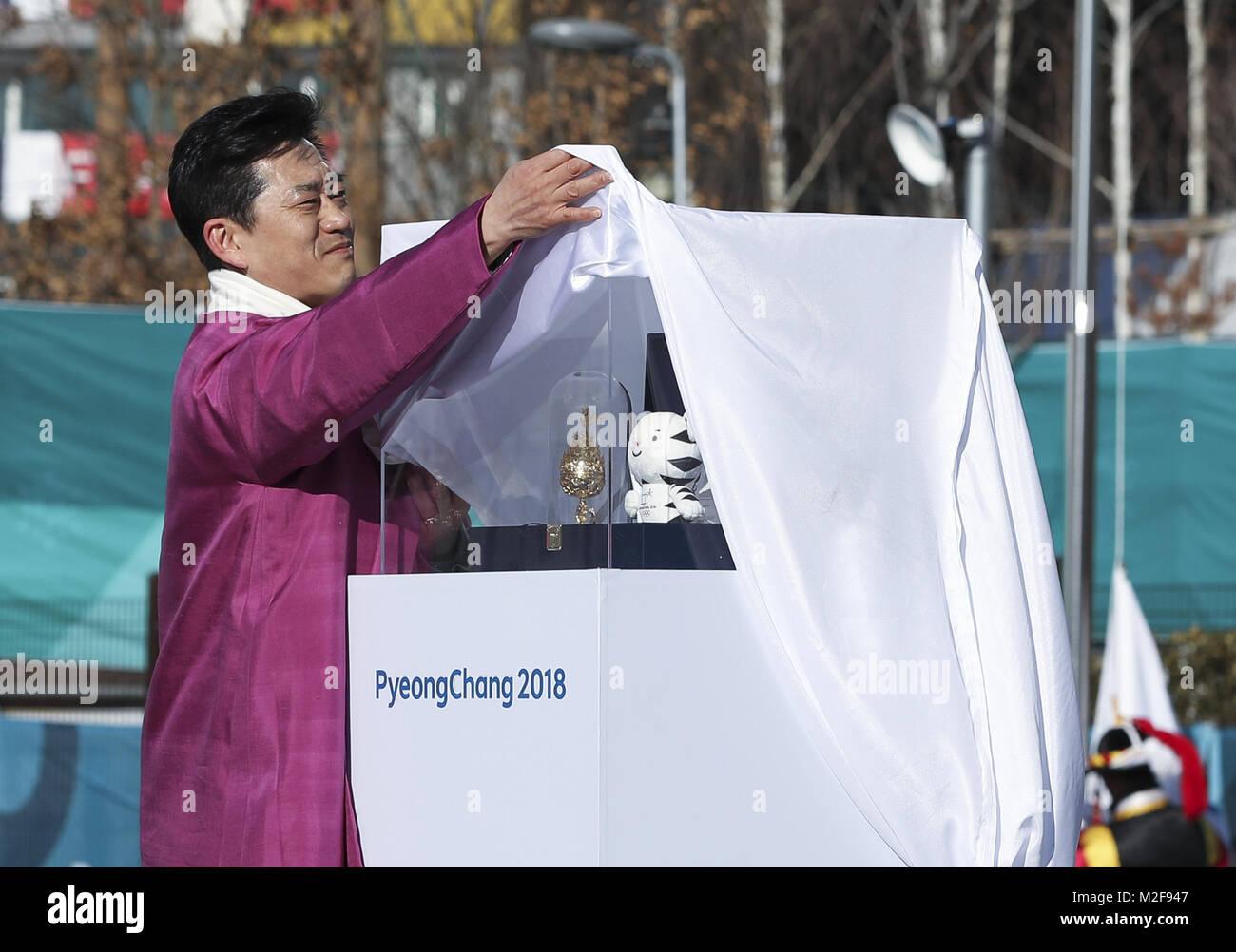 Pyeongchang, South Korea. 7th Feb, 2018. Mayor of Gangneung Olympic Village Kim Ki-hoon unveils the gifts for Chinese Stock Photo