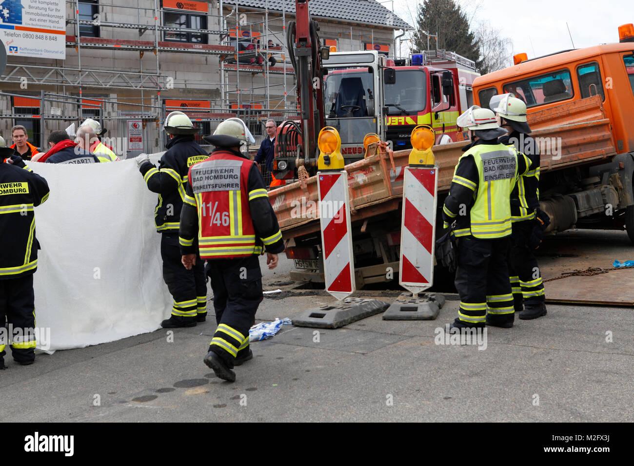 Bei einem schweren Arbeitsunfall ist Mittwoch Nachmittag (29.02.2012) ein 58-jähriger Arbeiter von seinem rückwärtsrollenden Stock Photo
