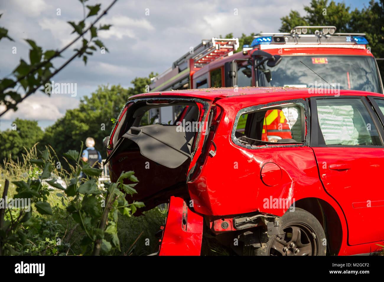 Einsatzkräfte von Feuerwehr, Rettungsdienst und Polizei arbeiten am ...