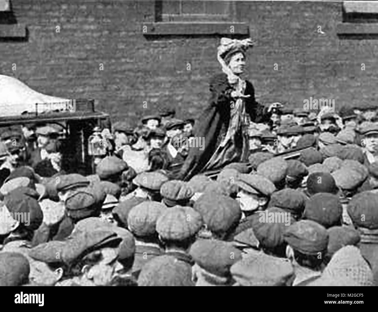 Suffragettes - Portrait Emmeline Pankhurst addressing a by- election crowd Stock Photo