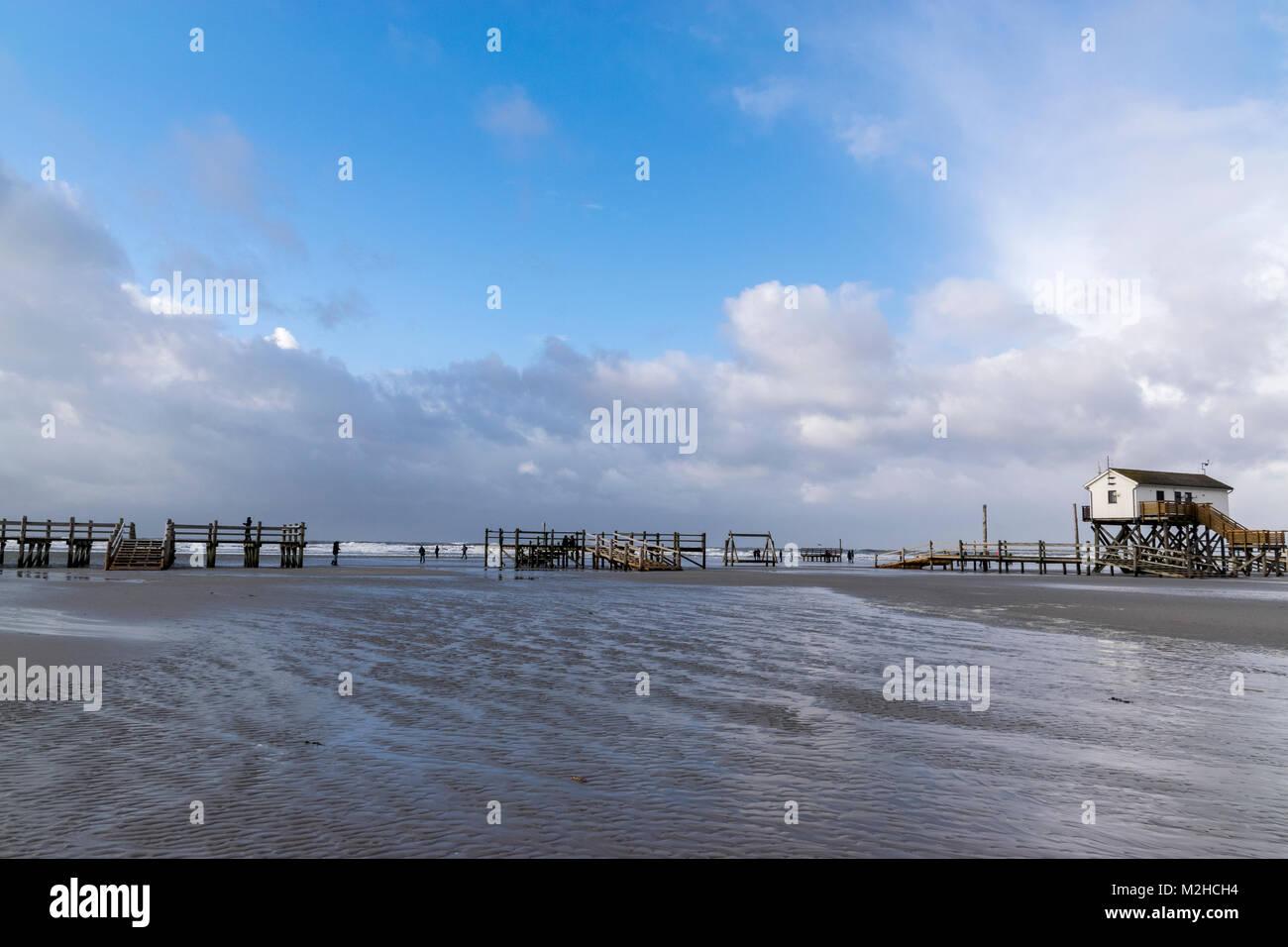 Sankt Peter-Ording, Ordinger Strand bei Hochwasser mit Überfltungen. Die Pfahlbauten stehen zum Teil im Wasser - Stock Image