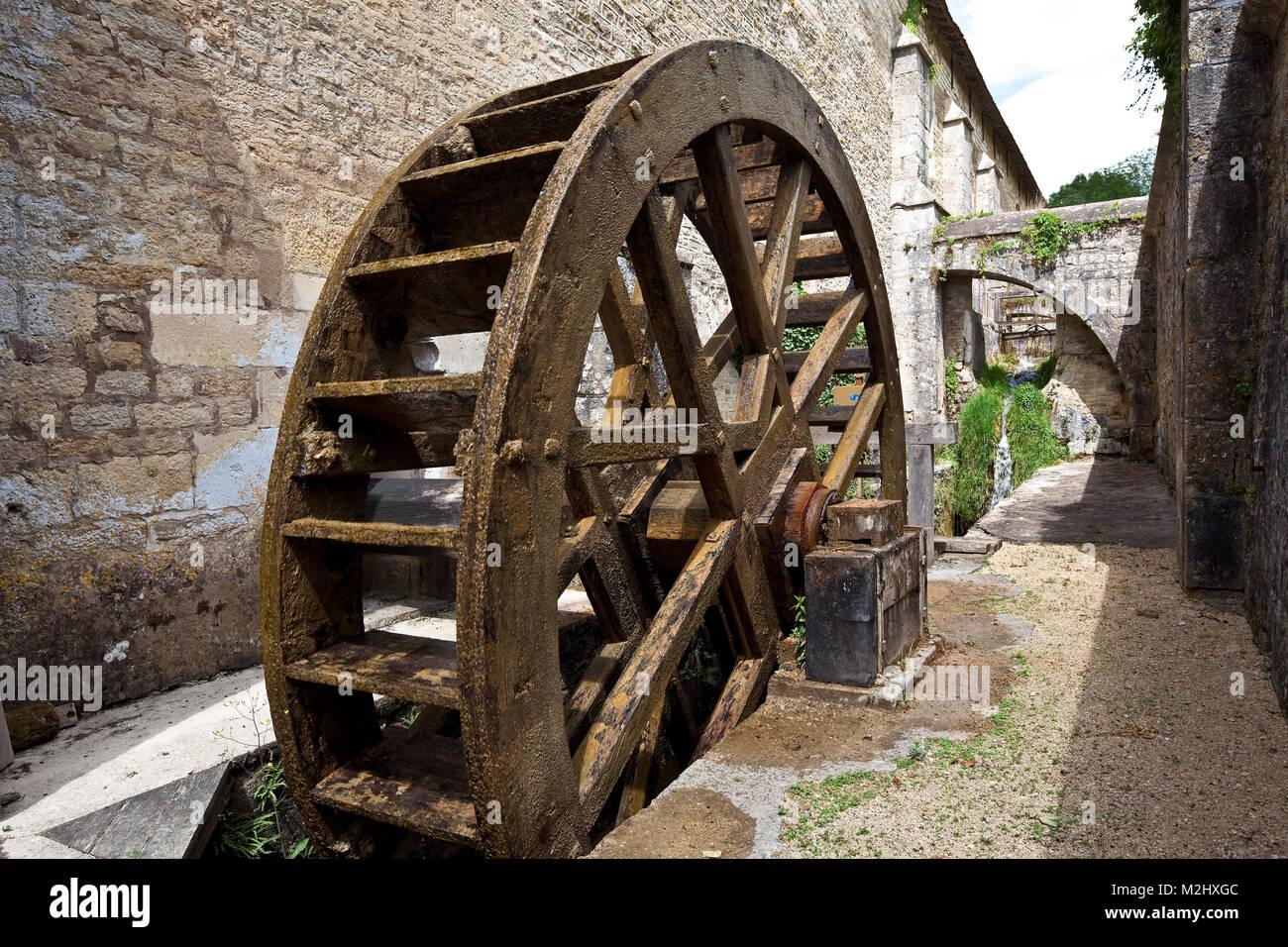 Fontenay ehem Zisterzienserkloster Wasserrad hinter der Schmiede zum Antrieb von Hammerwerk und Blasebaelgen - Stock Image