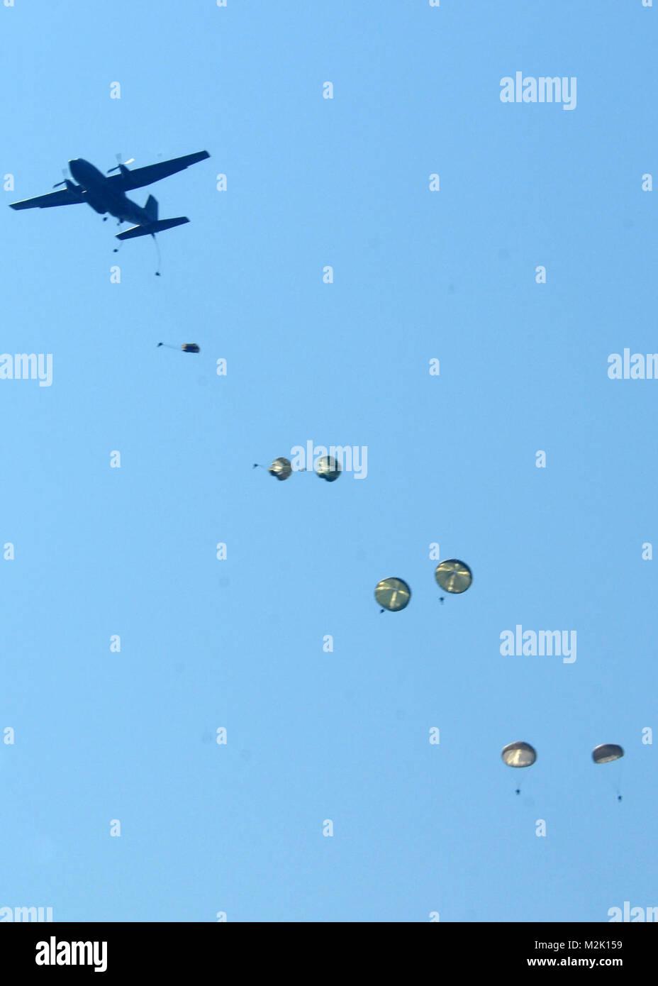 100717-N-0046R-031 SHIROKY Lan, Ukraine (July 17, 2010)Ñ Ukrainian Para-troopers deploy out of a German C-160 - Stock Image