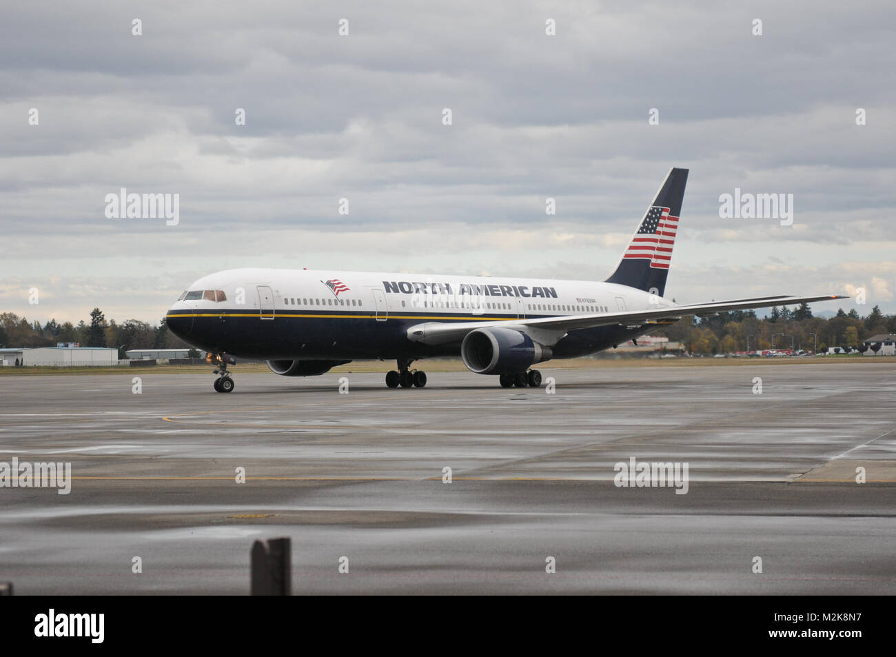 The plane carrying the 467th Combat Stress Control Detachment from Madison, Wis., pulls into the gate at Joint Base - Stock Image